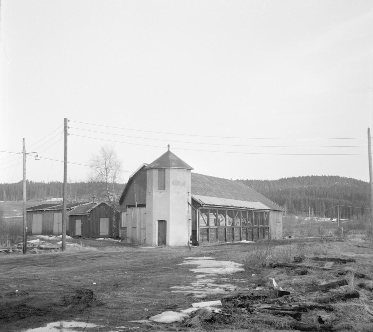 Urskog-Hølandsbanens vanntårn og kullskur på Bjørkelangen stasjon står fortsatt, åtte år etter banens nedleggelse.