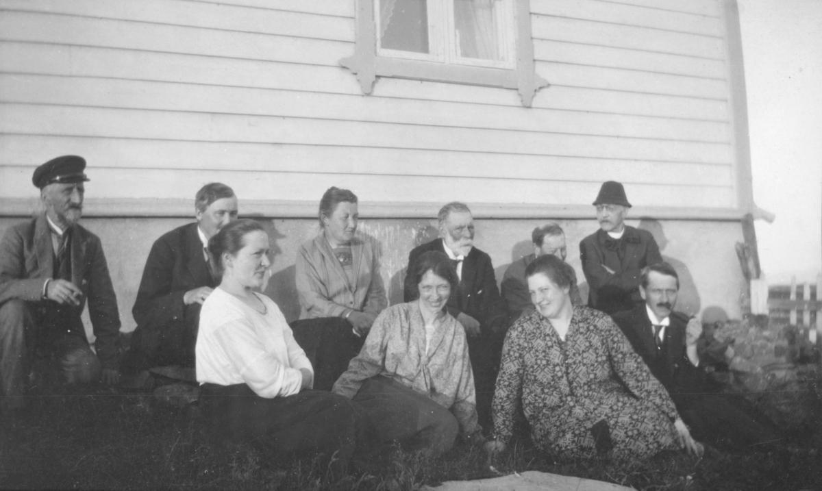 Dette bilde er trolig blitt tatt på begynnelsen av 1900-tallet. De fleste på dette bildet er ukjente, men kvinnen i første rekke som er nummer to fra venstre antas å være Inga Brodtkorb (gift Hollum). Kvinnene er kledd i skjorter og skjørt. Mennene har på seg jakker, skjorter, slips og hatter. Mannen i andre rekke som er nummer fem fra venstre kan være Olaf Hollum(Ingas ektemann), men det er noe usikkert. Mannen i første rekke røyker en pipe. Mannen bak ham har bart. Den eldre mannen bak Inga har skjegg. Gruppen sitter foran et hus med grunnmur og et vindu.