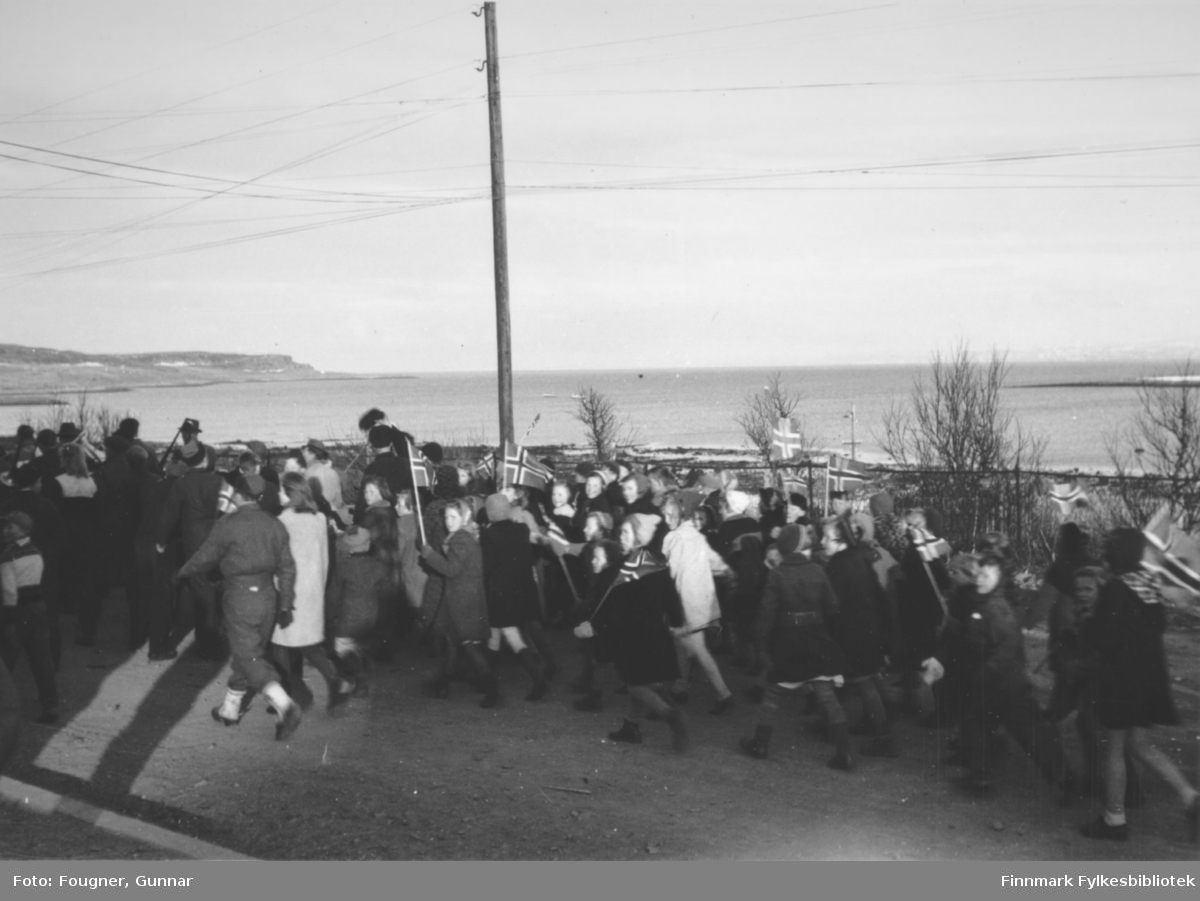 8. mai 1945 i Vadsø. En gruppe barn går i tog.