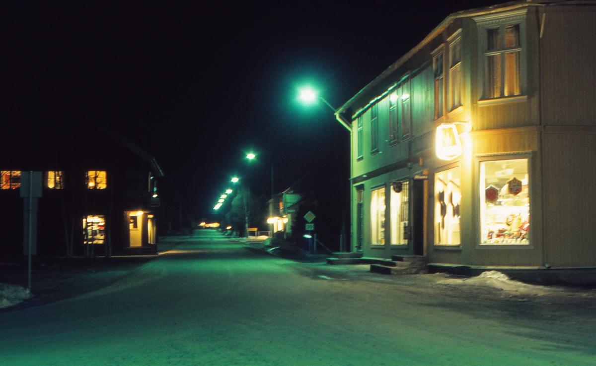Os sentrum. Riksvei 30. Os landhandel i forgrunnen, til venstre Rolf Dølgaard sin butikk.