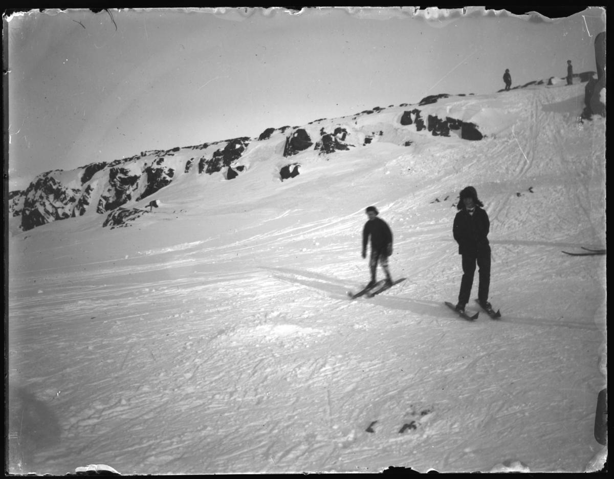 Gutter som renner på ski.