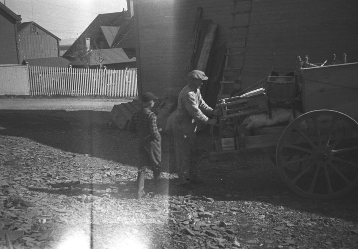 Flyttelass lastes opp på en kjerre. Avbildet er Tor Hauge til venstre på bildet og Kasper Hildonen.