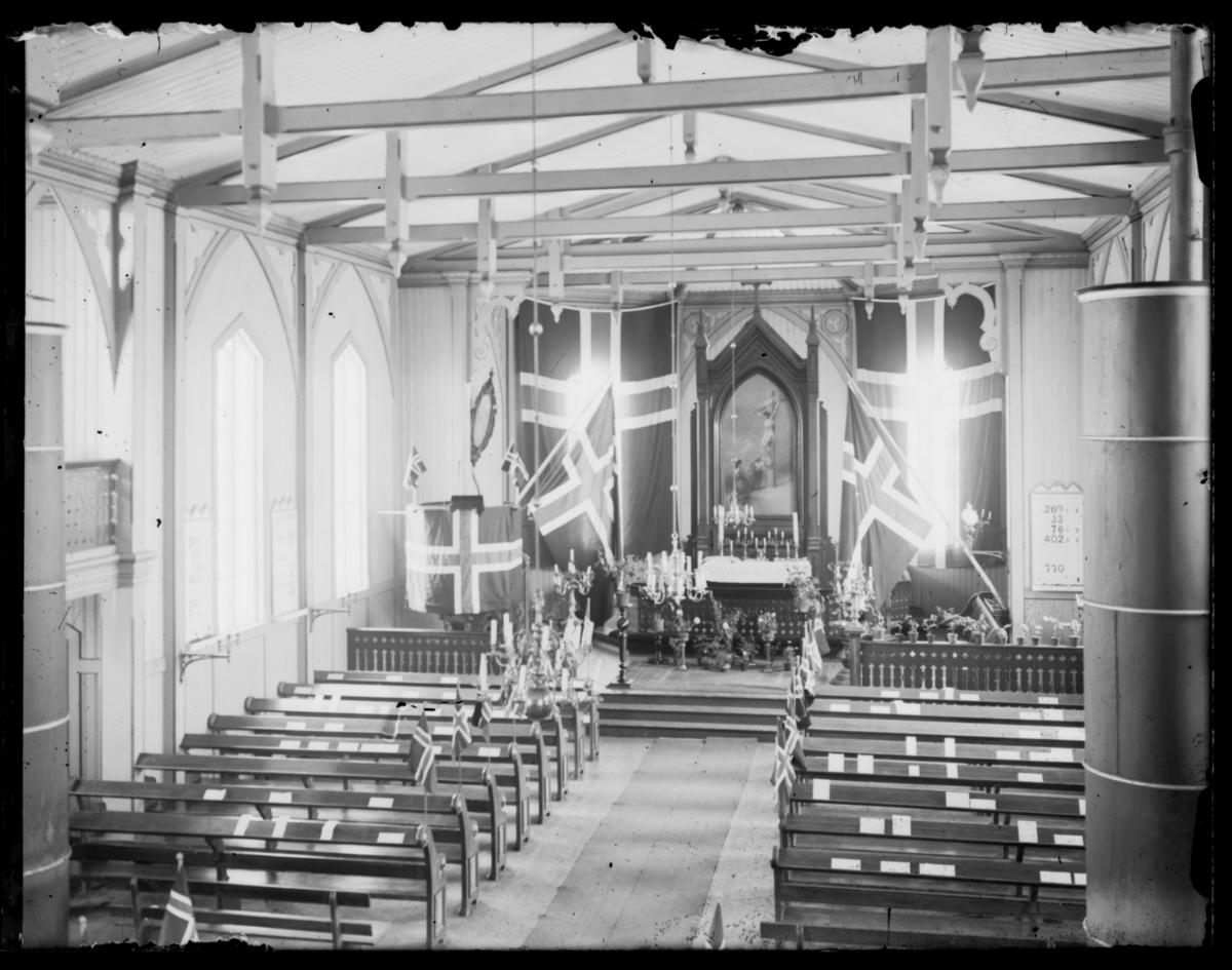 Vardø kirke pyntet til 17. mai-feiringen med norske flagg