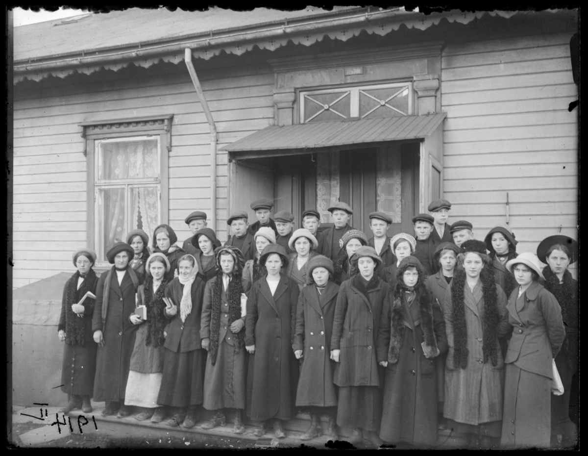 Konfirmanter fotografert på trappa til prestegården, Vardø 1914