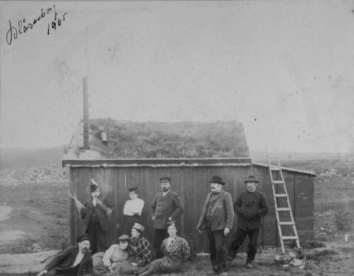 Damer og menn utenfor hytta i Blåsenborg 1905