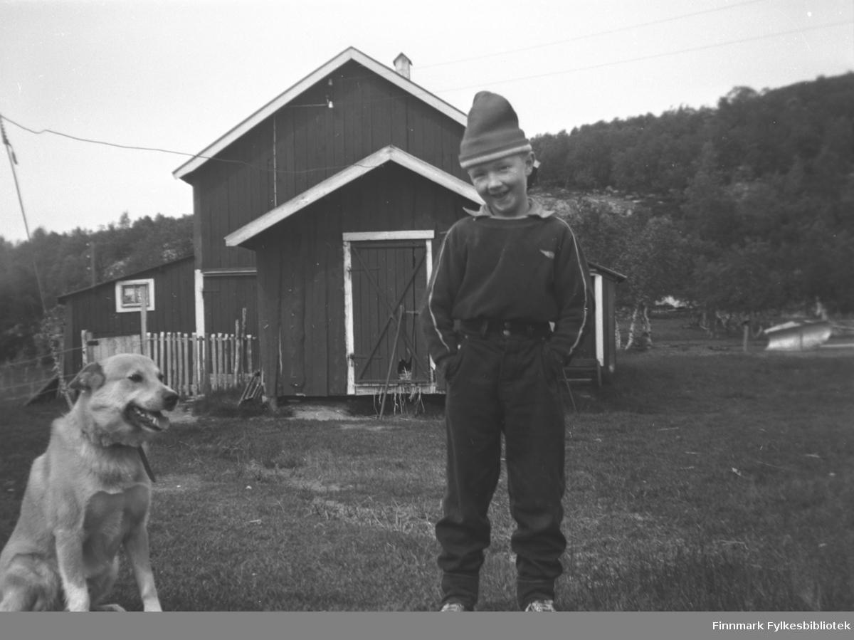 Per Olsen på besøk på besteforeldrenes gård Mikkelsnes