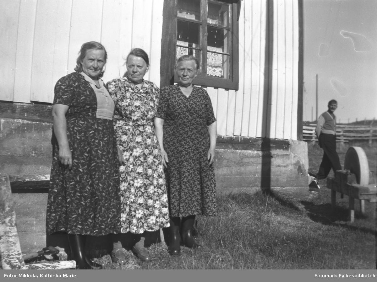 Antakelig tatt i Strømsnes ute i Neidenfjorden. Fra venstre: Ukjent, Elen (eller Marie) Puiko, ukjent. Mannen i bakgrunnen er Mathis Puiko