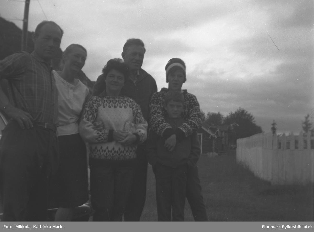 Besøk på Mikkelsnes av en ukjent familie. Fra venstre: Mikkel og Marine Smuk. De øvrige ukjente