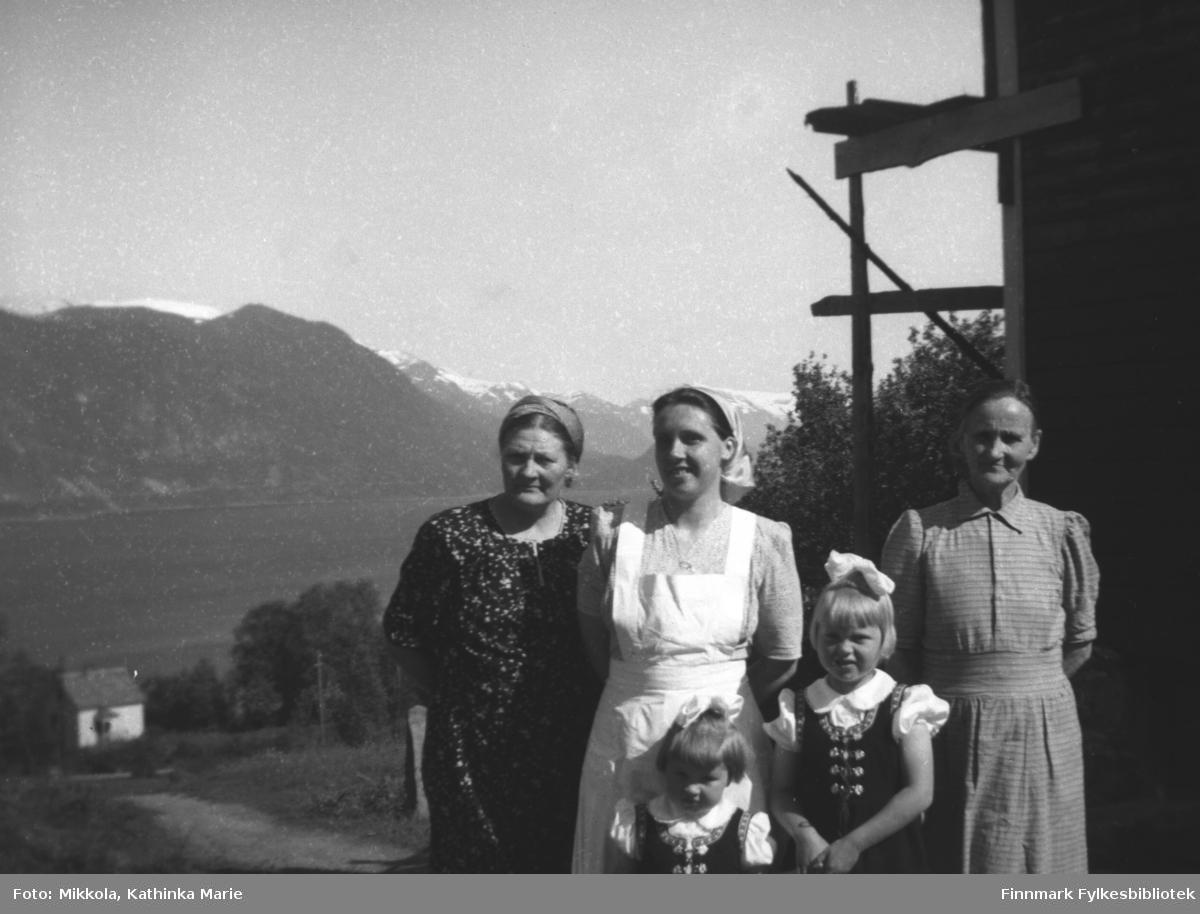 Astrid Kornberg med svigerdatter Anny med barna Judit og Alvild og Annys mor Jørgine Fjøshaug. Bilde er tatt på Kornberg