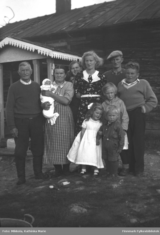 Familien Kalliainen på Strand, ca. 1937-1939. Familiefaren Erik Kalliainen står helt til venstre. Neste person er hans kone Ester, med datterdatteren Åshild på armen. Deretter de eldre barna, fra venstre: Hilja, Ruth, Aksel og Albert. De yngre barna foran: Erna Dahl (barnebarn av Kalliainens), Turid og pjokken foran er Halvard Kalliainen