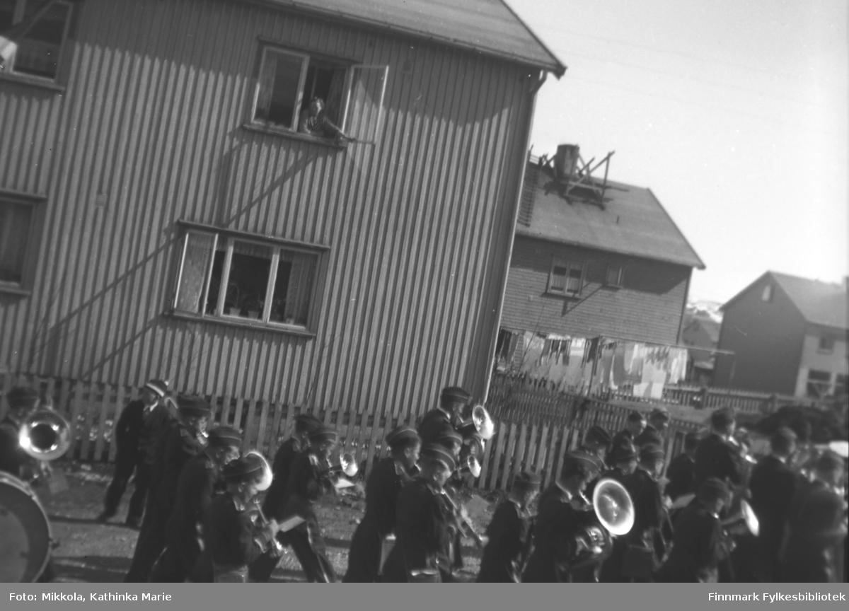 Kirkenes guttemusikk marsjerer på Haganes i Kirkenes