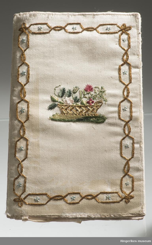 Indre del: små frukter med enkelte blader som en langsgående bord. I midten på hver del - et symbolsk minne. A - Gravstøtte med initialer og en urne på toppen. Baksiden har i ytterkant små rektangler i en kjede med en stjerne i midten. Midt i er stilt en kurv med blomster. B - et tre og et anker med rep som er stilt opp mot trestammen. På ankeret en medaljong med initialer. Baksiden har i ytterkant den samme bord som A. Midt i er stilt to kirsebær med blader