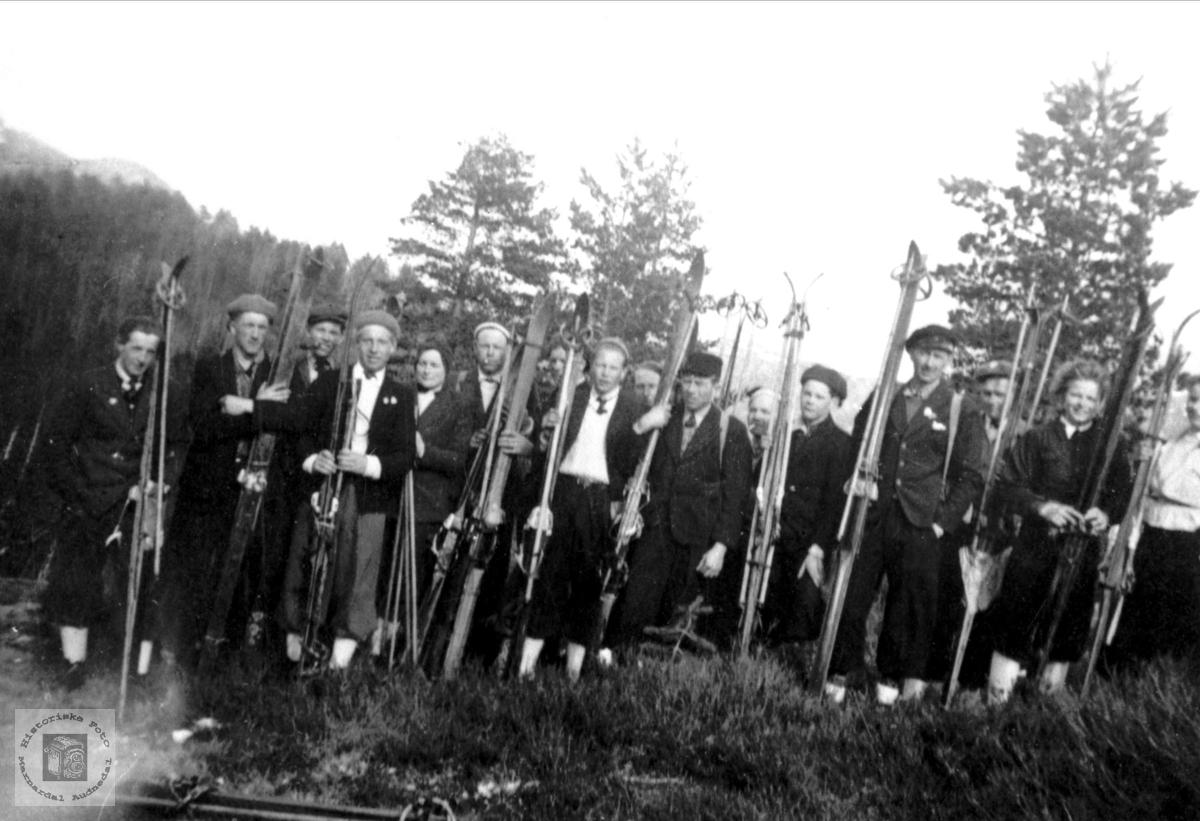 Gruppebilde med personer fra Bjelland på skitur trolig et sted i Vest-Agder.