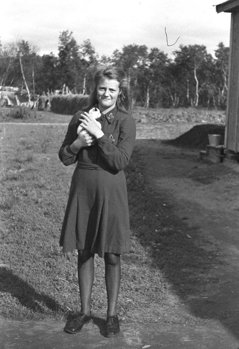Kari Jessen poserer for fotografen i Rustefjelbma en sommerag med en kattunge i armene.
