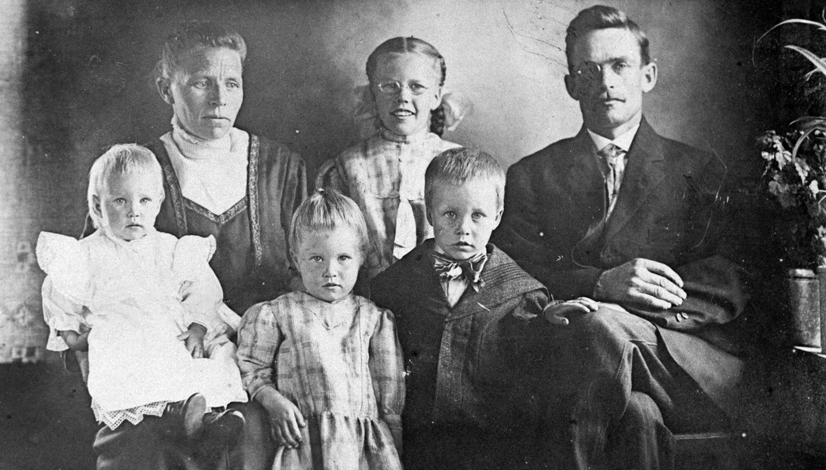 Amerikabilder, Per Mæhlum, Vallset. Gruppebilde, portrett, familiebilde av familien Mæhlum. Fra venstre: Sigrid Mæhlum, Dagny Mæhlum, Per Mæhlum, Anna Mæhlum, Mildrid Mæhlum og Olav Mæhlum.
