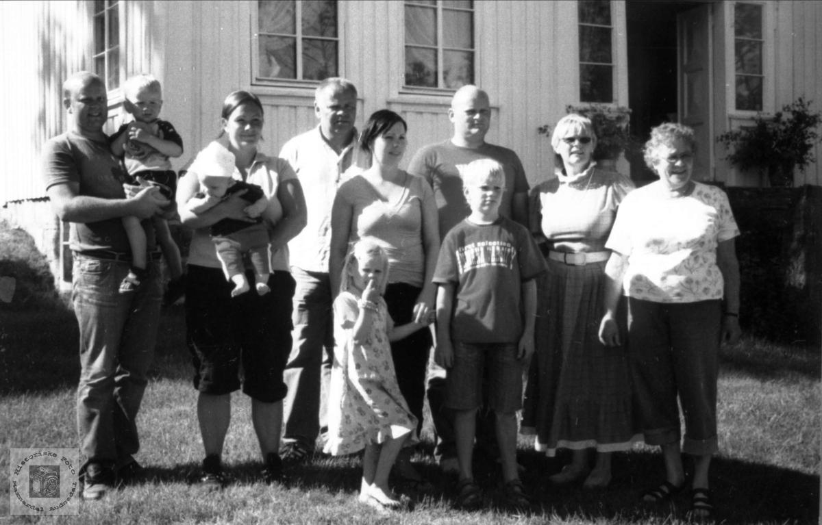 Familiebilde på slektsgården Røynesdal i 2005