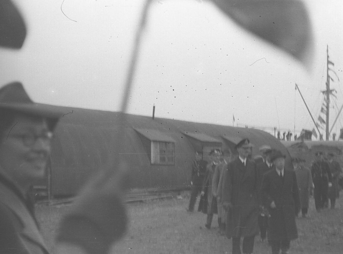 Kong Haakon og fylkesmann Gabrielsen med følge på besøk i Vadsø etter krigen.