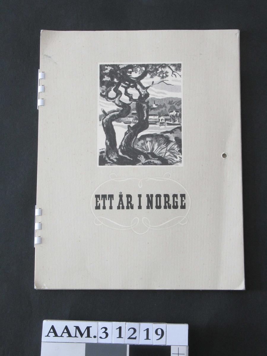 På fremsiden: landskap med trær i forgrunnen, sjø med båter, bebyggelse.