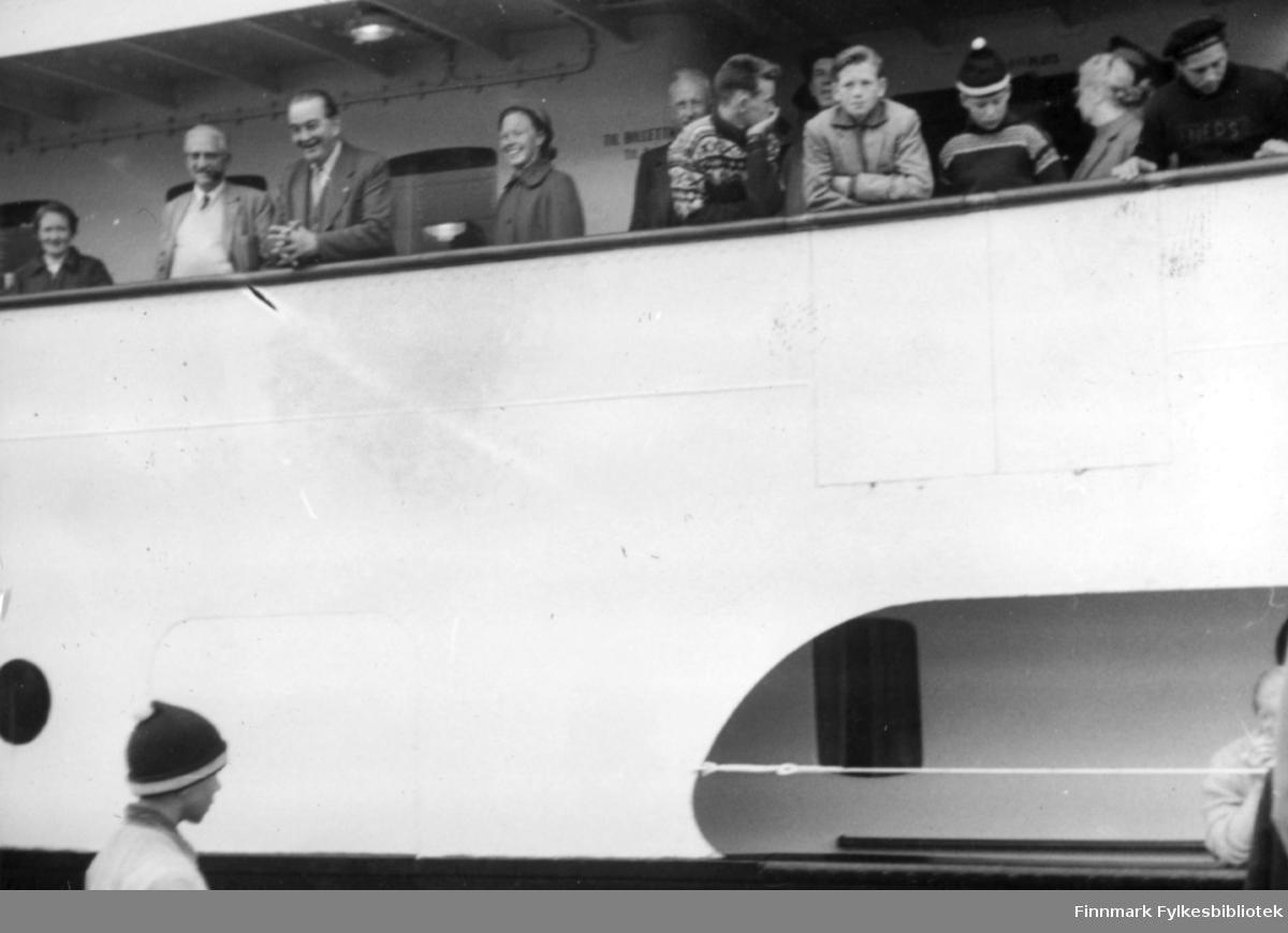 Hurtigruta legger til kai i Vadsø 1958