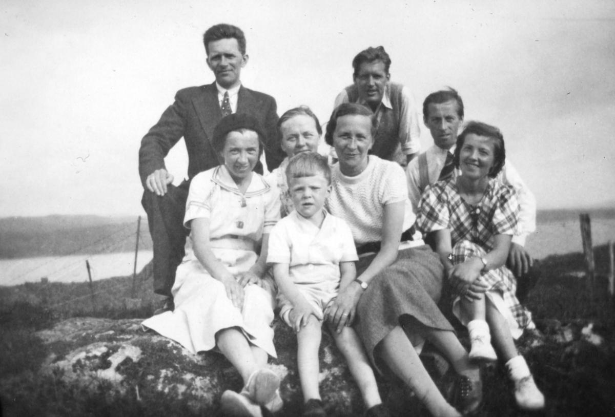 Gruppebilde fra familiealbumet til Leif Haugen. Med på bildet er tre menn, fire kvinner, og en gutt. Det er tatt på Bjorøya i Bergen