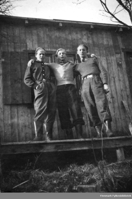 Tor Hauge, Torbjørn (Taba) Pedersen, Ernst Lebesby på Hauge hytta i Andersbyskogen.