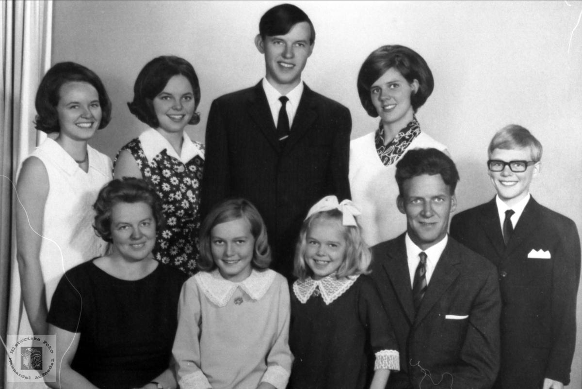 Familieportrett. Famiilien Ingvar Sandåker.