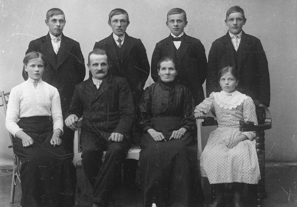 Familieportrett fra familien Harila. Første rekke fra venstre, sittende: datter Elise, faren Karl, moren Elmine (f.Enbusk) og yngste datter Andrea. Sønnene stående bak fra venstre: Arnt, Isak, Waldemar og Osvald.