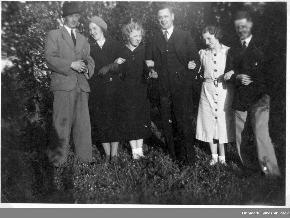 Gruppebilde i hagen sommer parvis f.v. Leif, Elsa, Minka, Haakon, Åshild, siste person usikker.