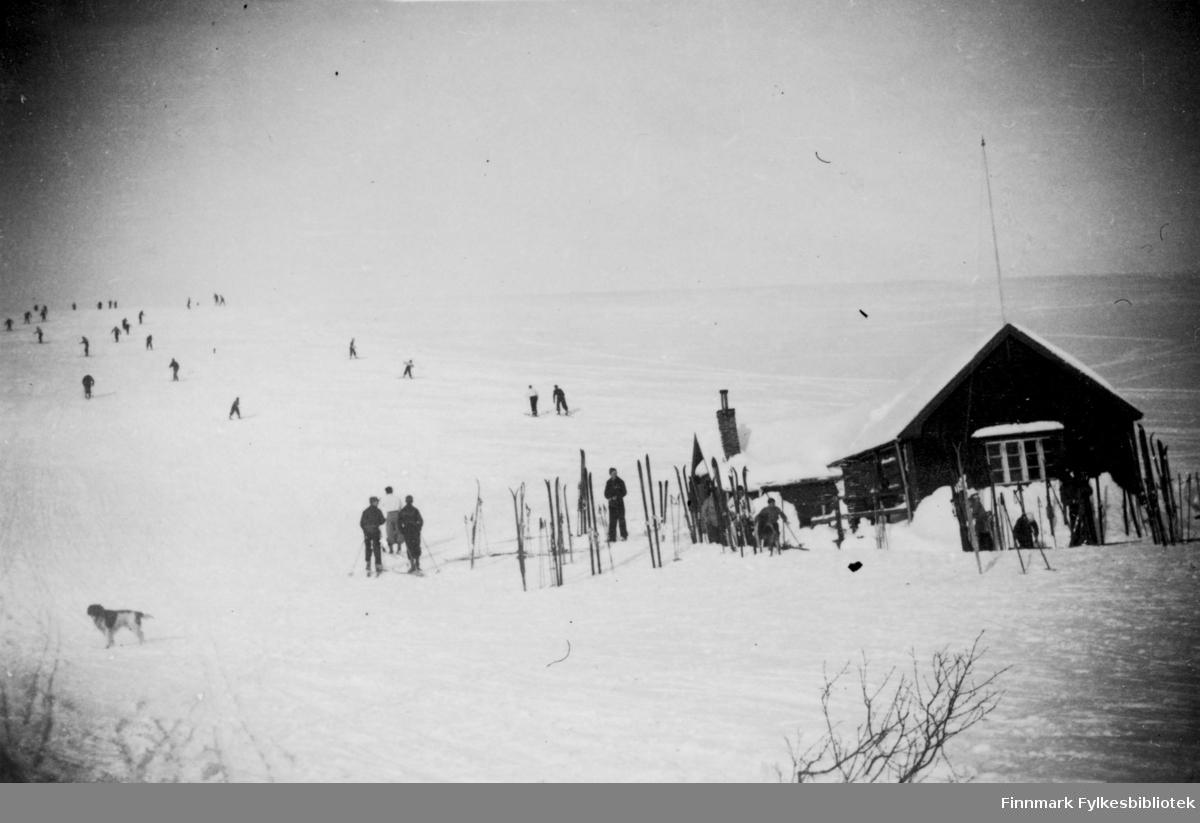 mange mennesker på ski, vinika hytta snø og påskestemning