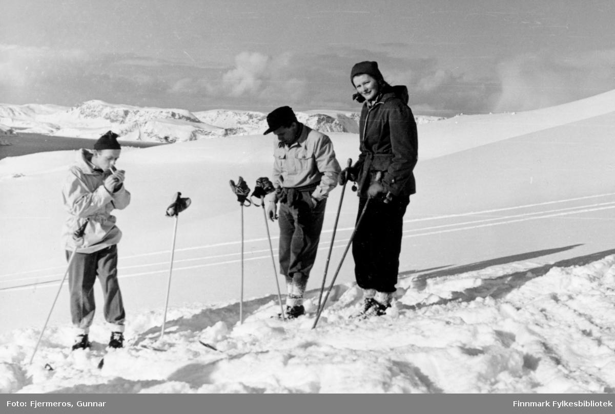 Tre personer på skitur en værmessig flott vinterdag. Sted og personer er ukjent.