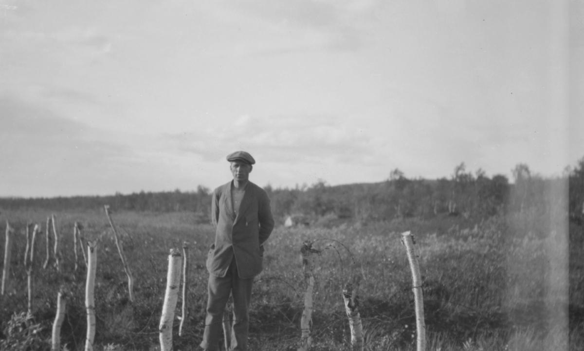 På bildet ser vi rester etter piggtrådsperringer fra 1918 (?).  Restene er etter krigshandlingene der finnene blev drevet tilbake ved Salmijærvi. Navnet er opprinnelig skrevet med ä, altså Salmijärvi.