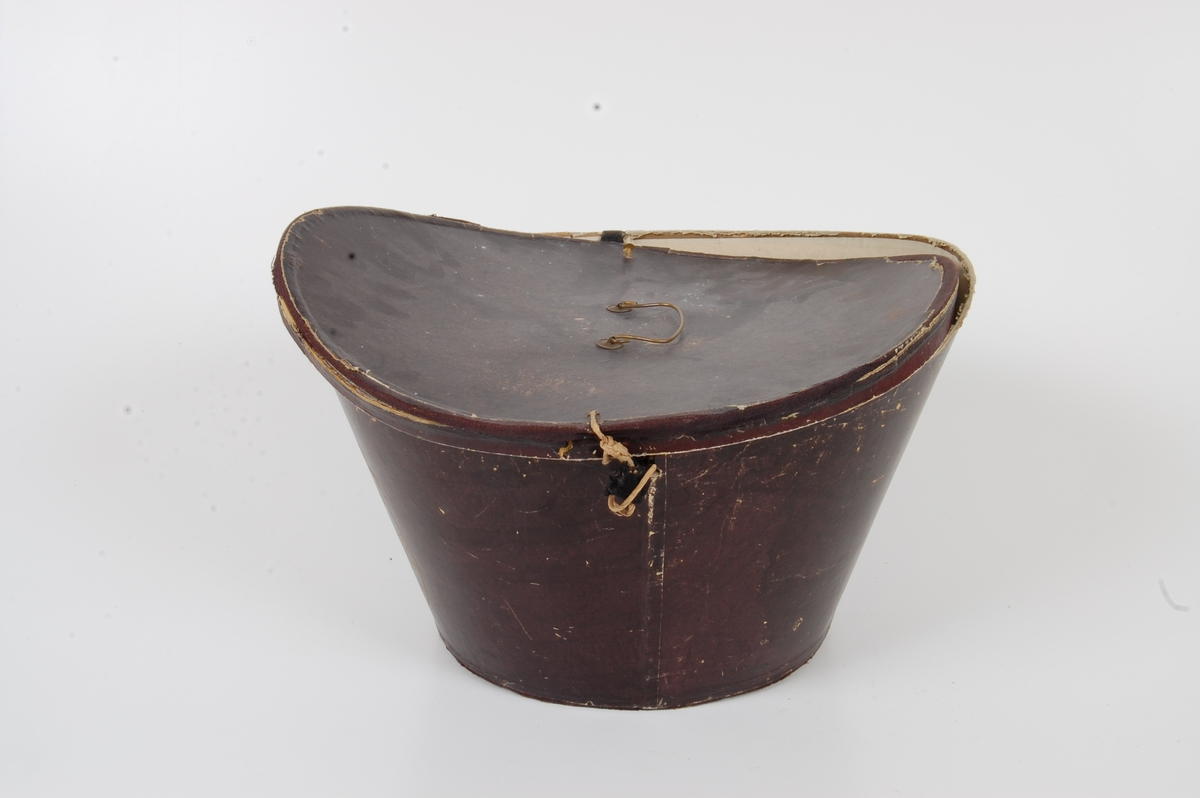 Form: Oval, sylindrisk form, skrår utover mot toppen