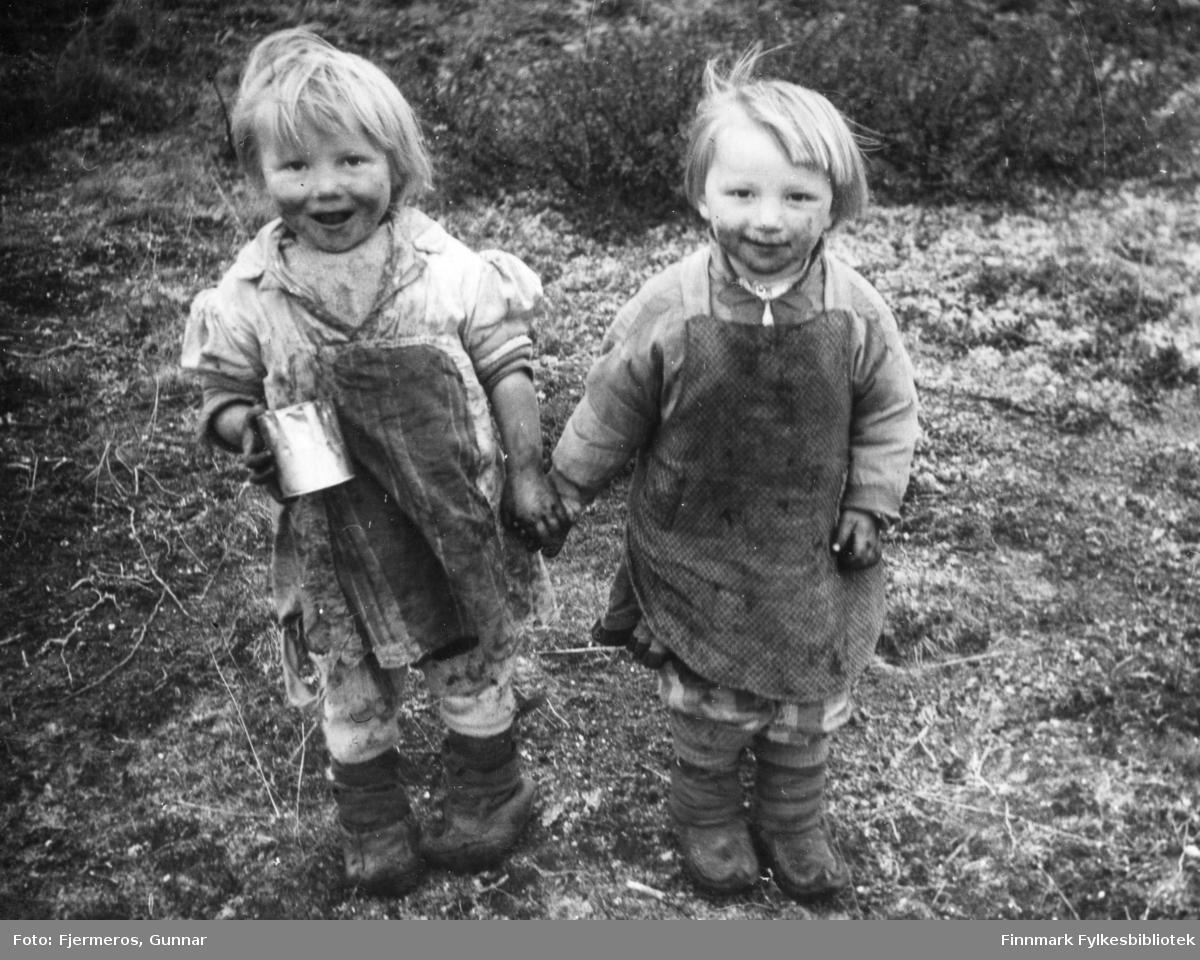 To barn på krøkebærtur. Sted og personer er ukjent, men bildet er tatt sommeren/tidlig høst 1948.
