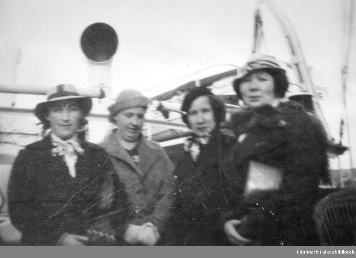Fire damer fotografert ved et skip. Til venstre på bildet står Gudrun Bauna. Sted og de andre kvinnene er ukjent.