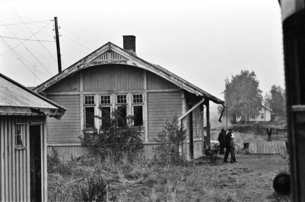 Ekstratog passerer Bilitt stasjon på Skreiabanen.