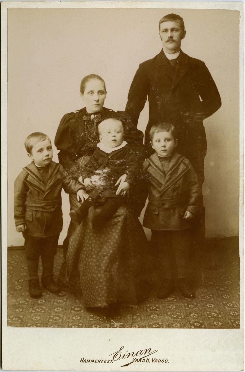 Fisker Hans Bersvendsen med kona Bergitte  Josefine og barna Karl Georg, Bersvend Johannes og Hilmar Birger, Vardø 1895-06. Den yngste av sønnene, Hilmar Birger, sitter i morens fang. Trolig står Bersvend Johannes til venstre og Karl Georg til høyre.