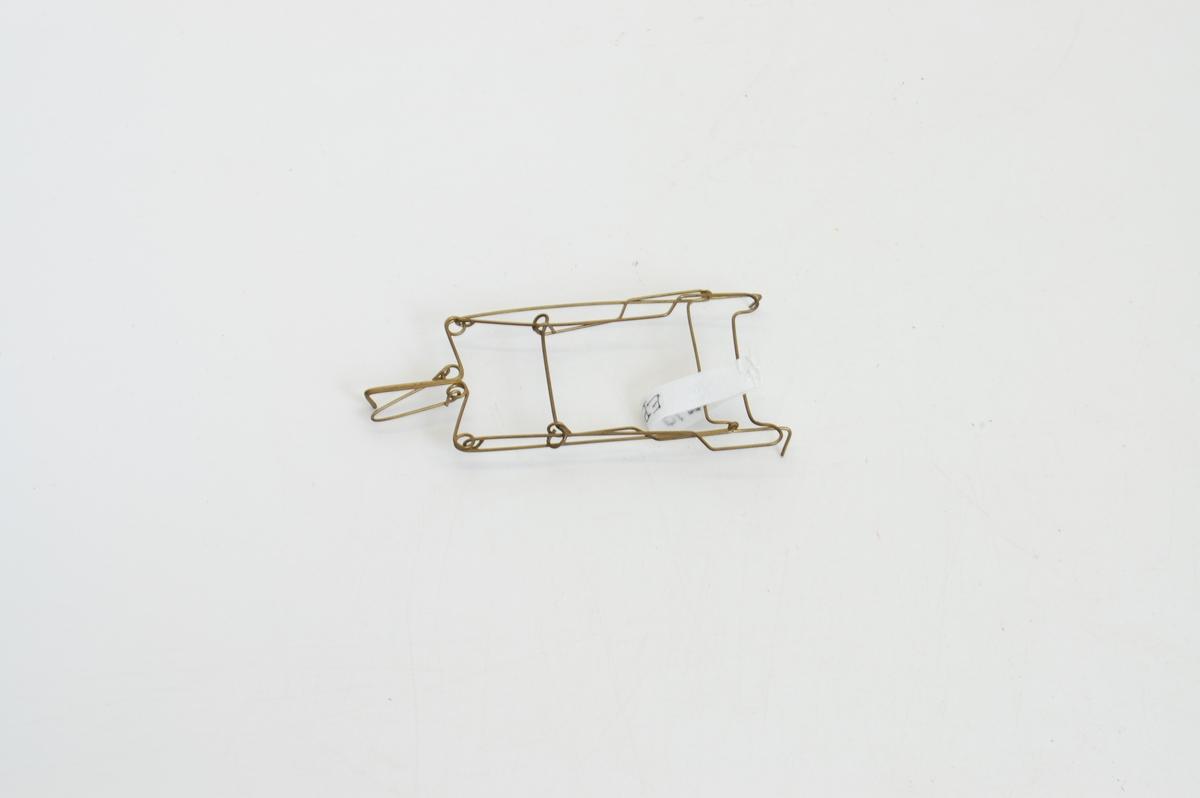 Form: stativ av metalltråd, trekantform
