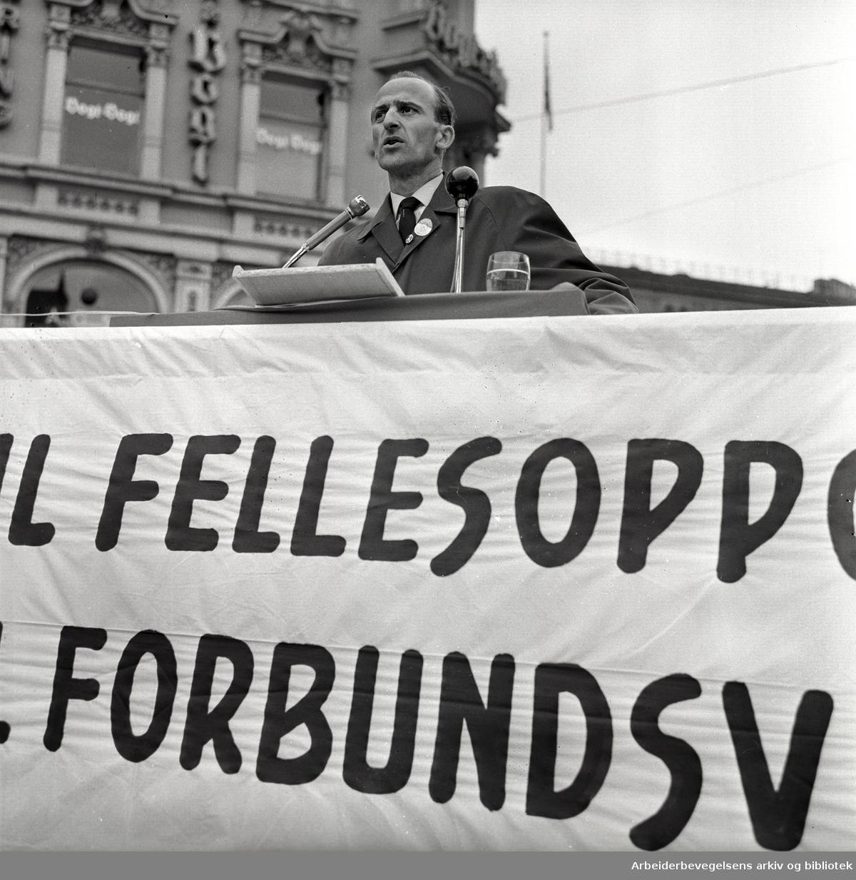 1. mai 1963 i Oslo.Demonstrasjonstog arrangert av Komiteen for faglig enhet med støtte av Sosialistisk Folkeparti (SF) og Norges Kommunistiske Parti (NKP).Parole: Nei til fellesoppgjør.Ja til forbundsvise oppgjør.Finn Gustavsen taler på Stortorvet..