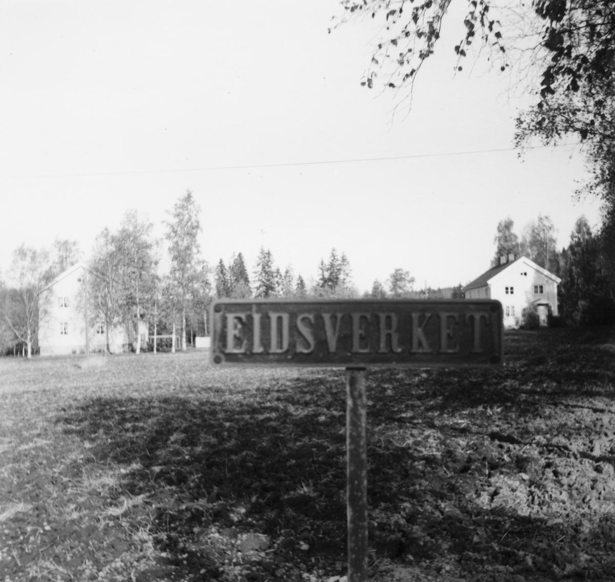 Navneskiltet til lok 2 Eidsverket sto lenge ved innkjørselen til Eidsverket på Bjørkelangen. Senere overtatt av museumsbanen.