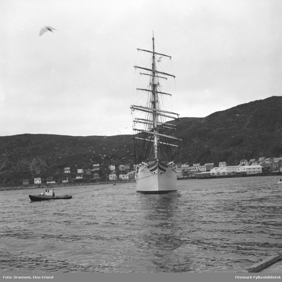 Losen navigerer skipet ut fra havna i Hammerfest