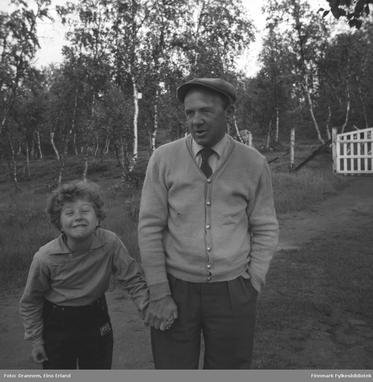Turid Lillian fotografert sammen med Oddmund Vorren i Neiden. Bildet er tatt på eiendommen til Helge Karikoski.