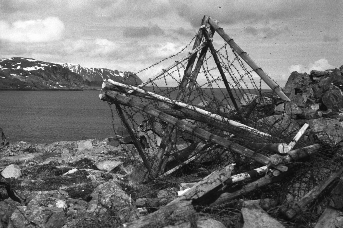 Rester av et gjerde eller innhengning ligger i terrenget ved Honningsvåg, sprengt i stykker av tyskerne under andre verdenskrig.