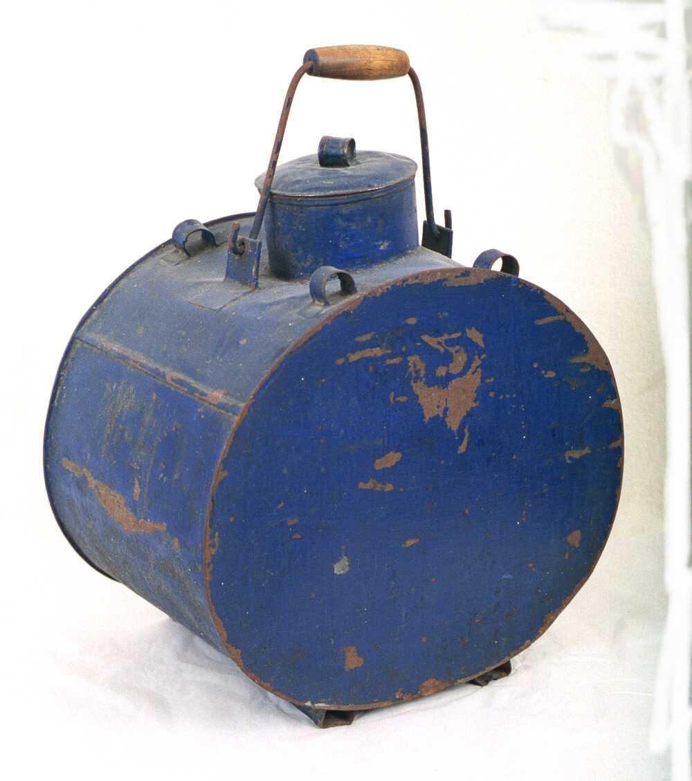 Melkespann. 20 liters. Av jernblikk, blåmalt.  Bred, svakt oval dunk med sylindrisk hals med  lokk. Over denne   jern  hank med   tre håndtak. 2 lokk.  Innvendig fortinnet.