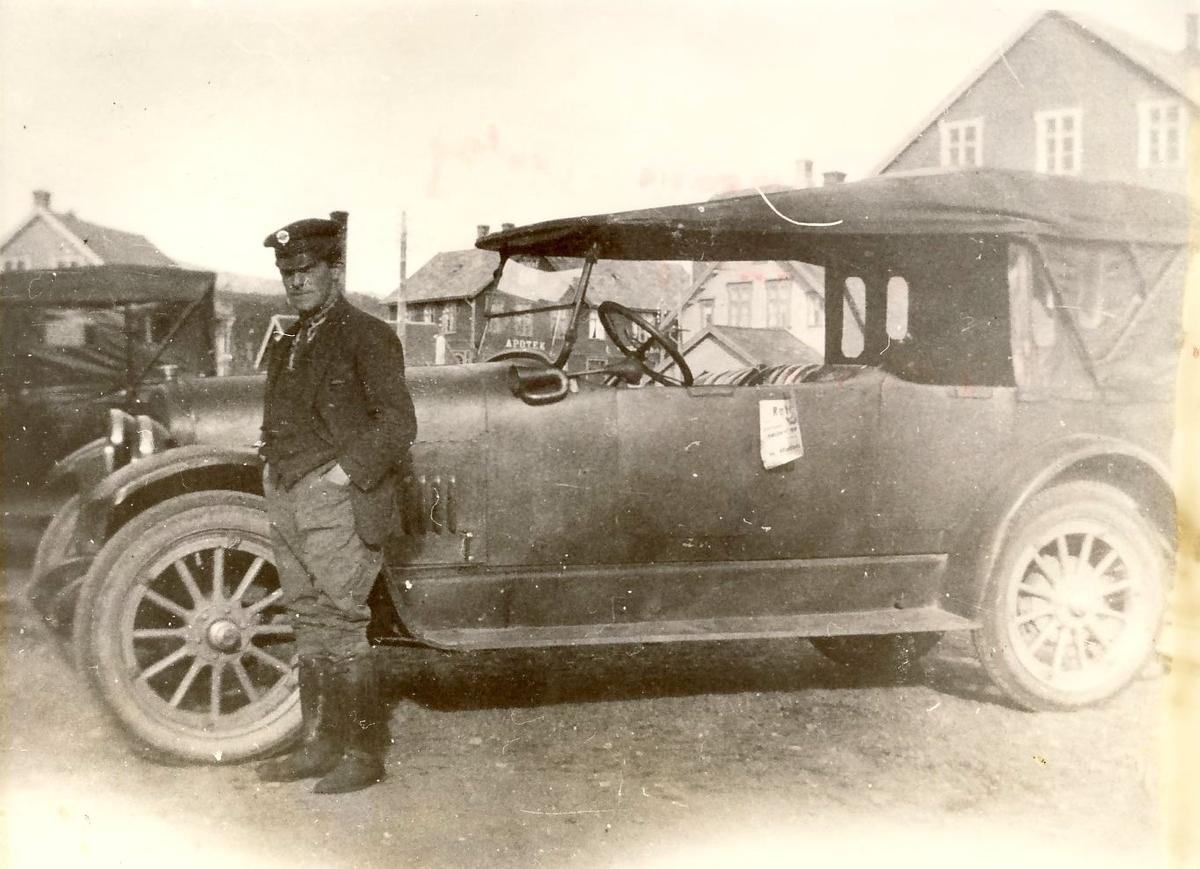 Hans Madsen med sin drosje utenfor Vesterålens Hermetikkfabrikk på Sortland, 1926. Samme bilde som MNSF0029-017.
