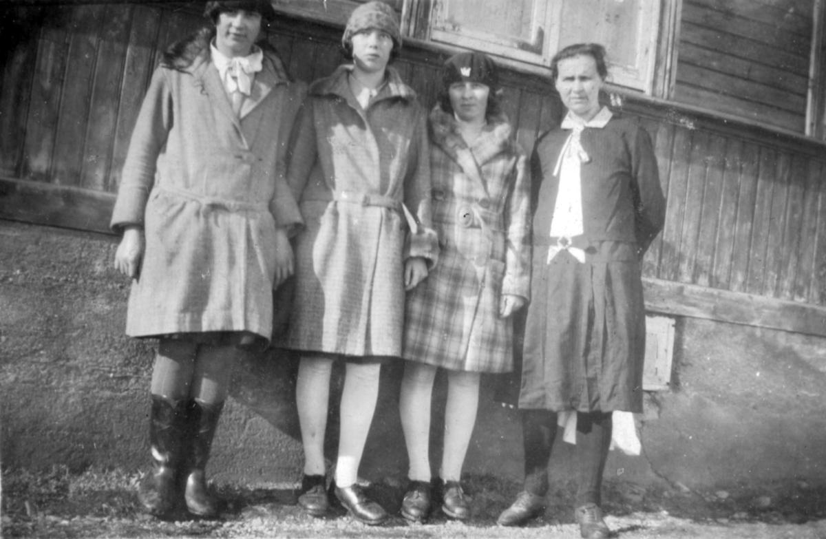 Fire kvinner fotografert utenfor en bygning. Personer og sted er ukjent, men fotografiet kan være fra Kvalsund kommune.