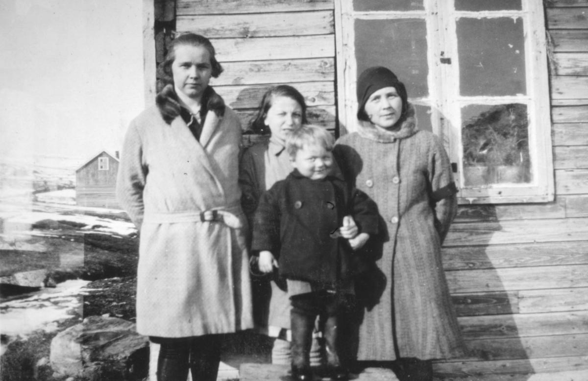Fire ukjente barn fotografert utenfor et hus, muligens i Kvalsund kommune før evakueringa.