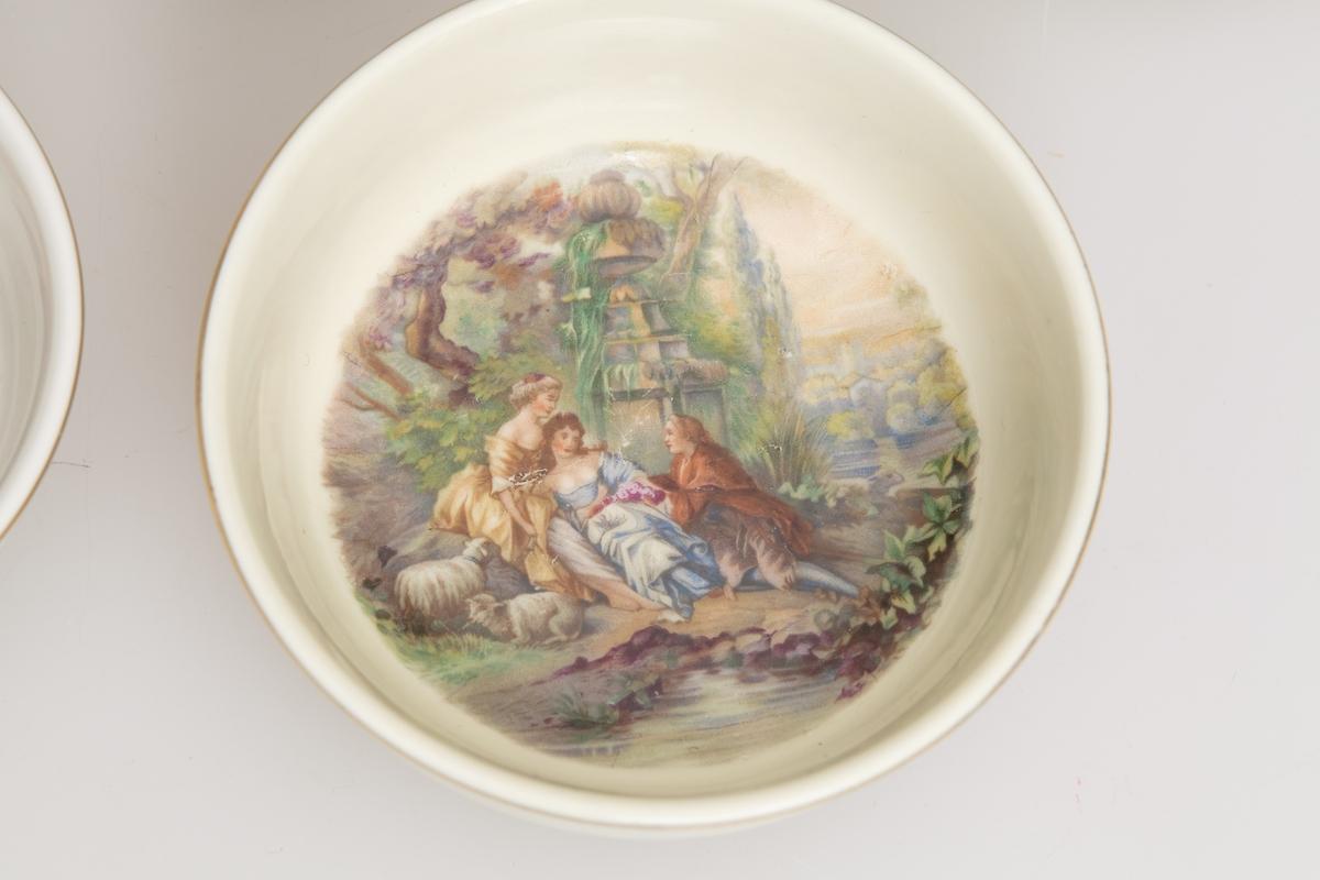 Kaffekanne og to kopper med skåler. Stentøy med trykte, sorte billeder. Motivet er en kvinne i landskap med en barnevugge.  Lokknapp mangler.