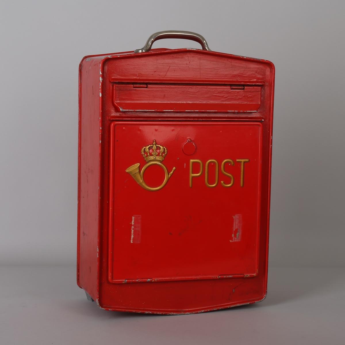 Rød postkasse med gammel postlogo brukt ombord på MS SOGNEFJORD med håndtak på toppen av kassen. Nøkkel mangler.