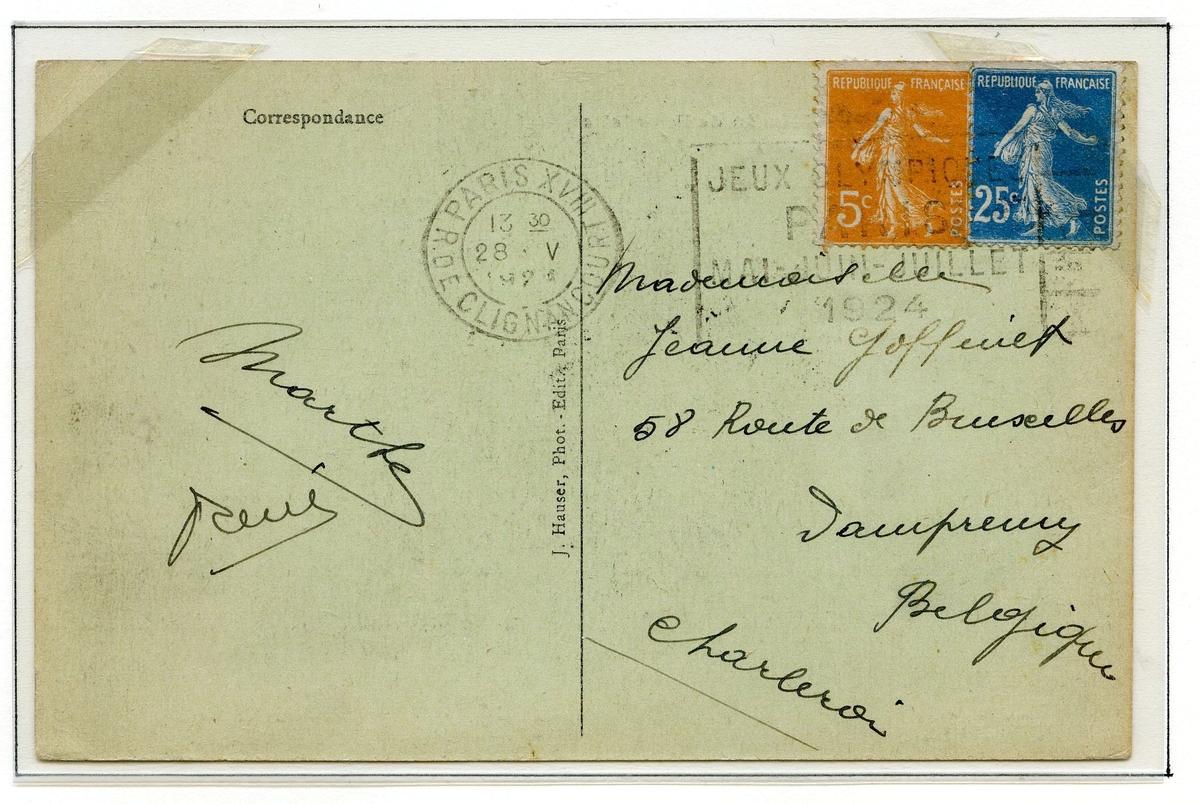 To postkort montert på albumside. Det første postkortet er frankert med to franske frimerker, ett oransje a 5 cent og ett blått a 25 cent, begge type semeuse. Det andre postkortet er frankert med fem frimerker - fire oransje og ett blått.