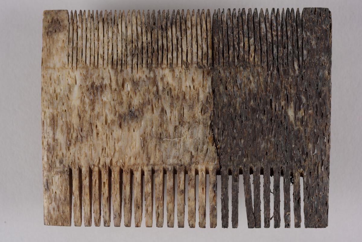 Flat og rektangulær gjenstand av bein. Det er lange spisse tenner på begge sidene av gjenstandene. Den ene siden har tenner som er smalere og har flere tenner enn den andre siden. Overflaten er bearbeidet og har en glatt struktur. Gjenstanden er svakt buet og er mørk brun i farge i den ene delen og lysere i den andre delen. Det ser ut om den var tidligere brukket i to og at den ble limt sammen etterpå.